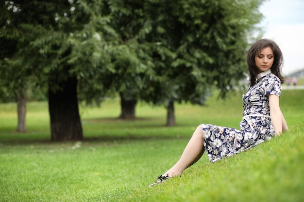 Piękna dziewczyna w sukienkach na spacer po parku