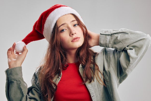 Piękna dziewczyna w świątecznym kapeluszu boże narodzenie nowy rok i dżinsowej kurtce czerwona koszulka