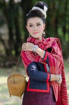 Piękna dziewczyna w tożsamości tradycyjny strój kostium kultura tajlandii