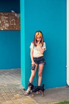 Piękna dziewczyna w wieku szkolnym z modną koloryzacją włosów. pozytywny portret. dziewczynka w wieku 9-11 lat