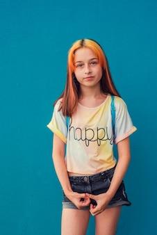 Piękna dziewczyna w wieku szkolnym z modną koloryzacją włosów.