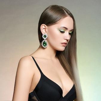 Piękna dziewczyna z biżuterią.