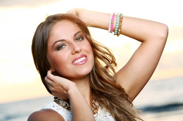 Piękna dziewczyna z brązowymi włosami