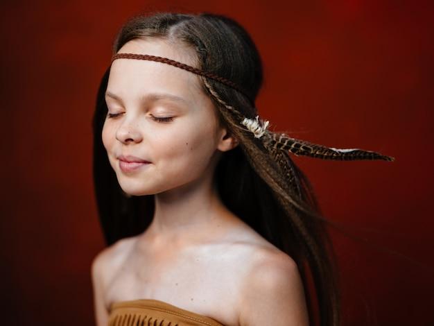 Piękna dziewczyna z choker z piór nakrycia głowy zamknięte oczy widok z boku