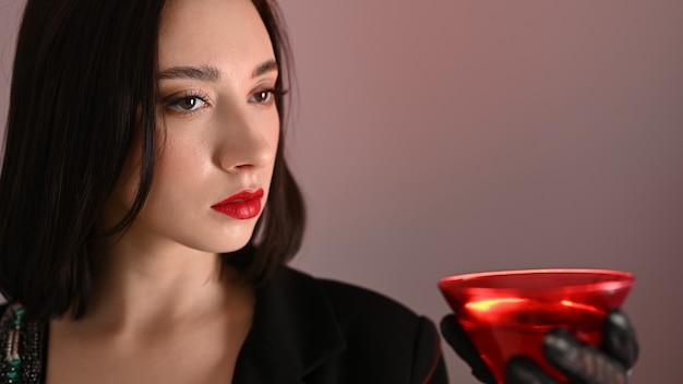 Piękna dziewczyna z czerwonym szkłem