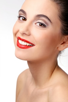 Piękna dziewczyna z doskonałej skóry i czerwona szminka