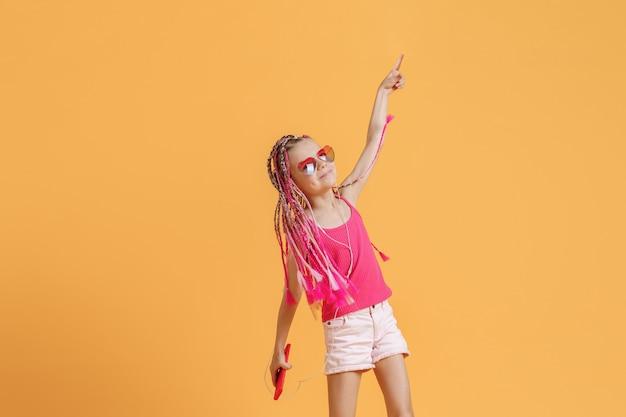 Piękna dziewczyna z dredami z telefonem komórkowym w dłoni