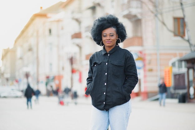 Piękna dziewczyna z fryzurą afro spaceru na ulicy
