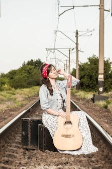 Piękna dziewczyna z gitarą.