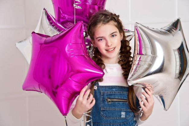 Piękna dziewczyna z gwiazdami szybko się zwiększać na urodziny.
