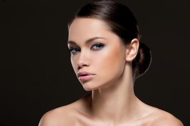 Piękna dziewczyna z idealną twarzą