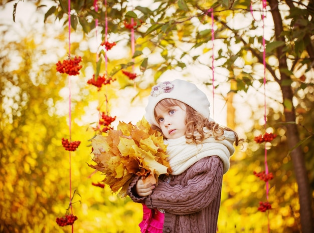 Piękna dziewczyna z jesień parkiem