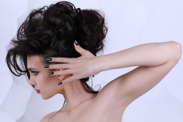 Piękna dziewczyna z kędzierzawą fryzurą
