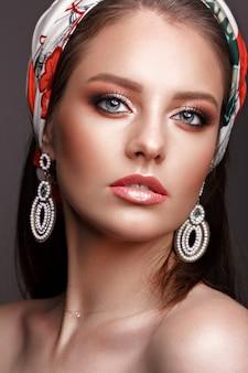Piękna dziewczyna z klasycznym makijażem