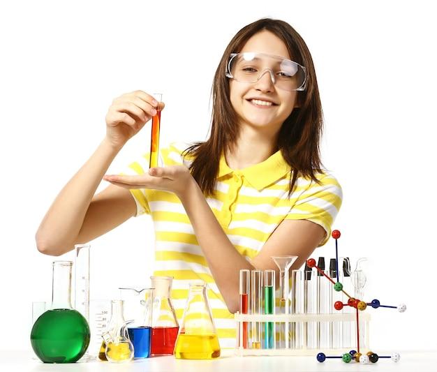 Piękna dziewczyna z kolbami chemicznymi i probówkami na białym tle