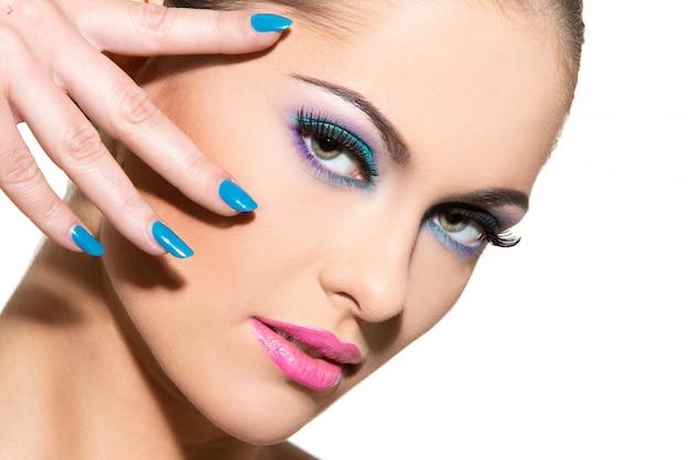Piękna dziewczyna z kolorowym makijażem