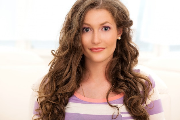 Piękna dziewczyna z kręconymi włosami