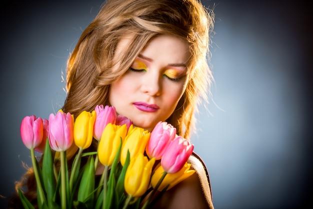 Piękna dziewczyna z kwiatów tulipanami