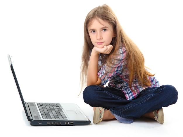 Piękna dziewczyna z laptopem na białym tle