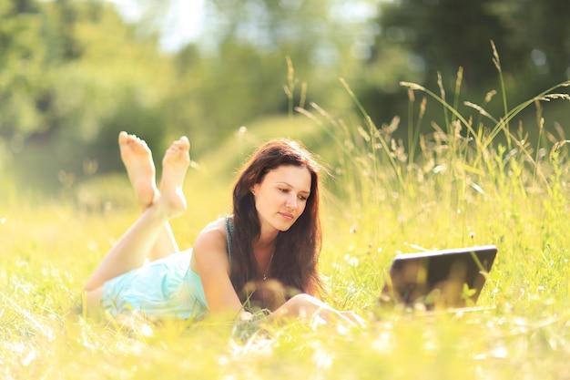 Piękna dziewczyna z laptopem na zewnątrz