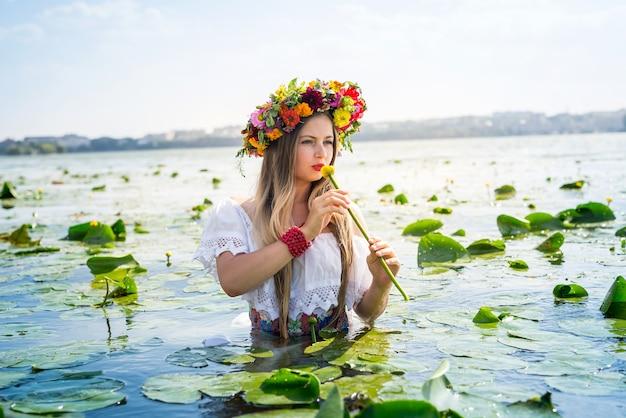 Piękna dziewczyna z lilii wodnej stojącej w wodzie