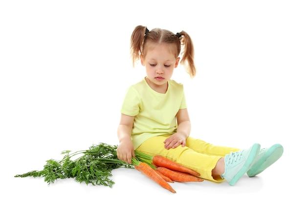 Piękna dziewczyna z marchewką, na białym tle