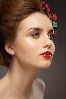 Piękna dziewczyna z modnym makijażem.