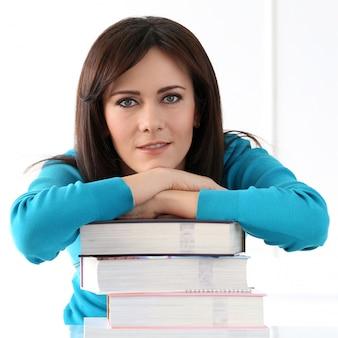 Piękna dziewczyna z niebieską koszulką i książkami