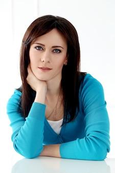 Piękna dziewczyna z niebieską koszulką