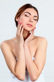 Piękna dziewczyna z pięknym makijażu, młodzieży i koncepcji pielęgnacji skóry