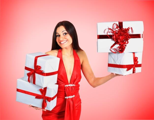 Piękna dziewczyna z prezentami świątecznymi