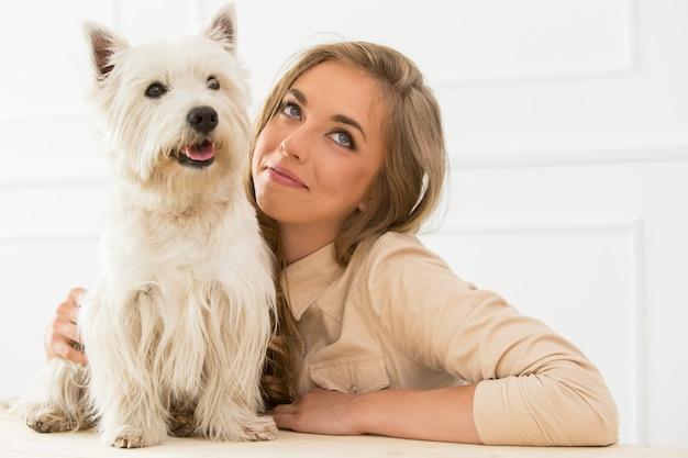 Piękna dziewczyna z psem