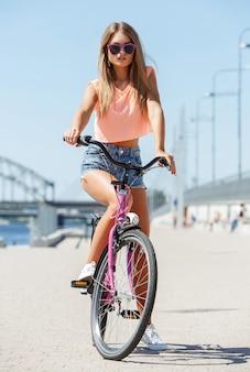 Piękna dziewczyna z rowerem