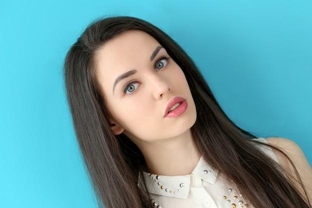 Piękna dziewczyna z śliczną twarzą