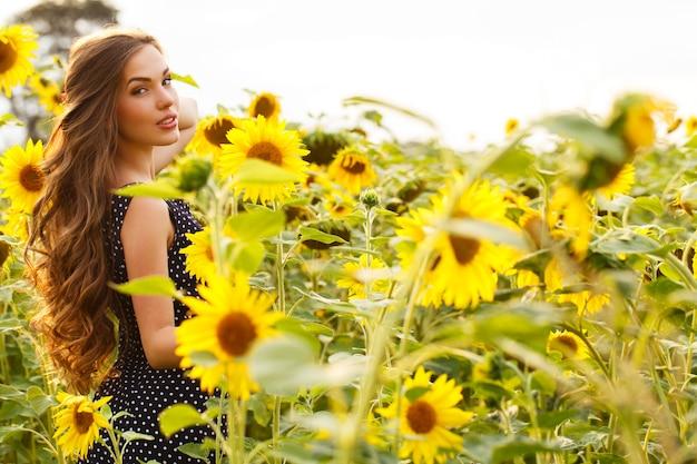 Piękna dziewczyna z słonecznikami