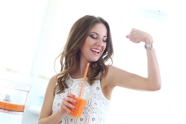 Piękna dziewczyna z sokiem pomarańczowym