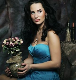 Piękna dziewczyna z suchymi różami w dekoracji