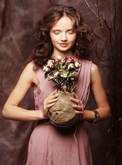 Piękna dziewczyna z suchymi różami