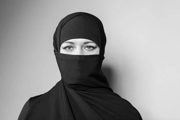 Piękna dziewczyna z szalikiem i czarnym welonem.
