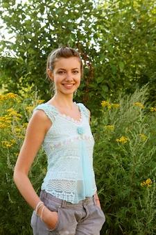 Piękna dziewczyna z uśmiechem na zewnątrz.