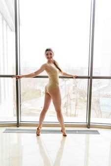Piękna dziewczyna zajmuje się choreografią.