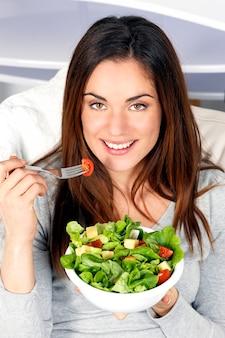 Piękna dziewczyna zdrowe jedzenie