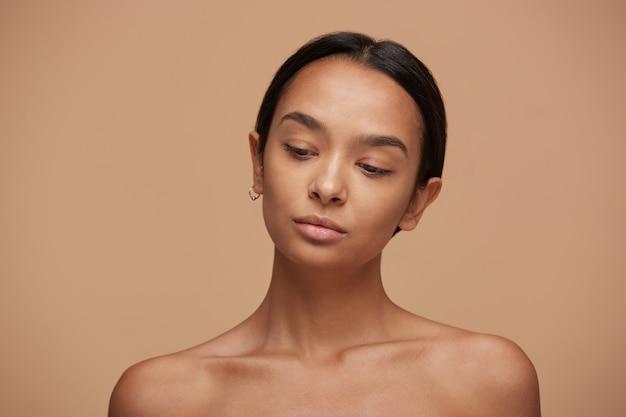 Piękna dziewczynka kaukaski, patrząc w dół, po pielęgnacji skóry i spa