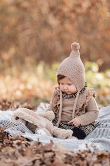 Piękna dziewczynka siedzi na kratę