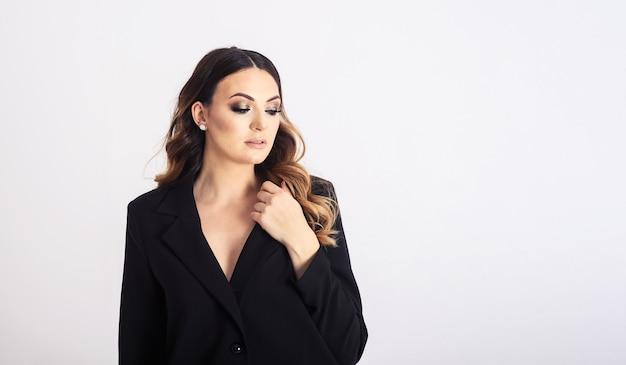 Piękna elegancka biznesowa kobieta na szaro