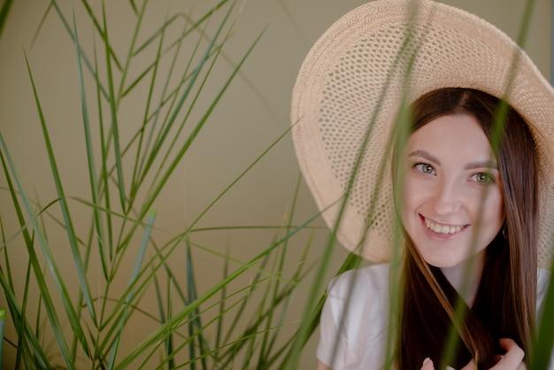 Piękna elegancka dama w kapeluszowym studio strzale. abstrakcjonistycznego tła widoku wakacje wakacje horyzontalny pojęcie