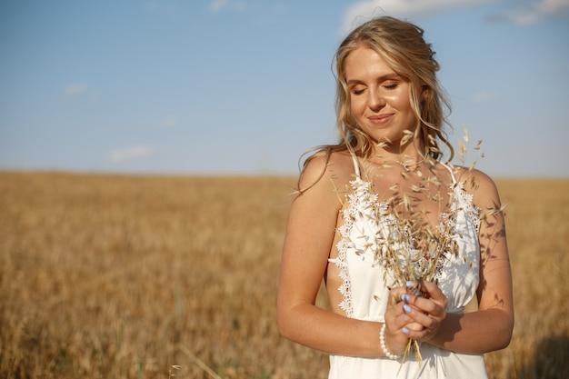 Piękna elegancka dziewczyna w jesieni polu
