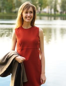 Piękna elegancka kobieta stojąca w parku jesienią