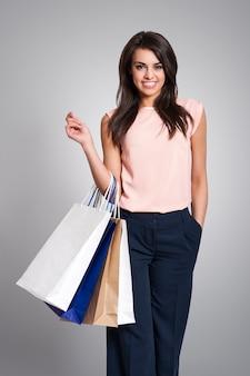 Piękna elegancka kobieta trzyma torby na zakupy