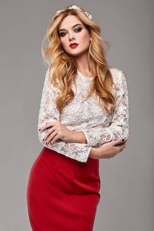 Piękna elegancka kobieta w modnej czerwonej i białej sukni